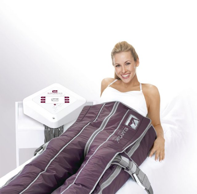 Frau erhält SLIMYONIK Bodystyler Druckwellenmassage