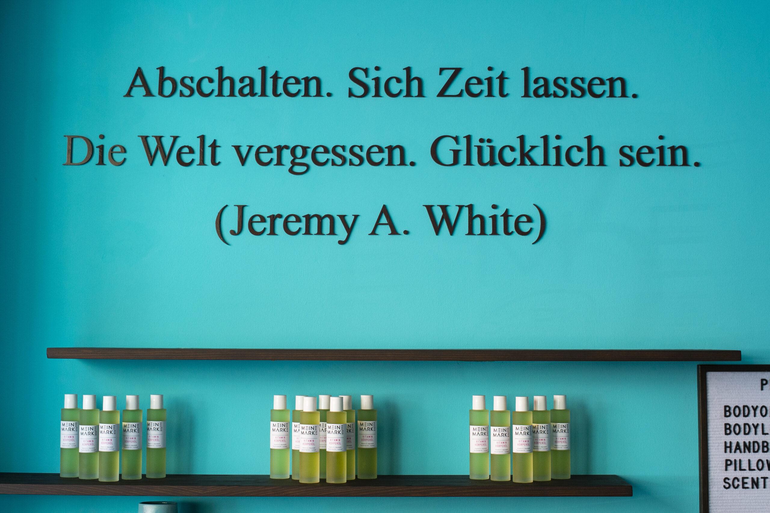 """Wandspruch: """"Abschalten. Sich Zeit lassen. Die Welt vergessen. Glücklich sein."""" (Jeremy A. White)"""