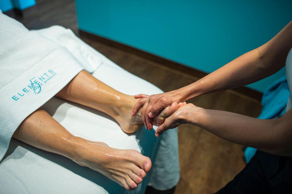 Fußreflexzonenmassage am linken Fußrücken