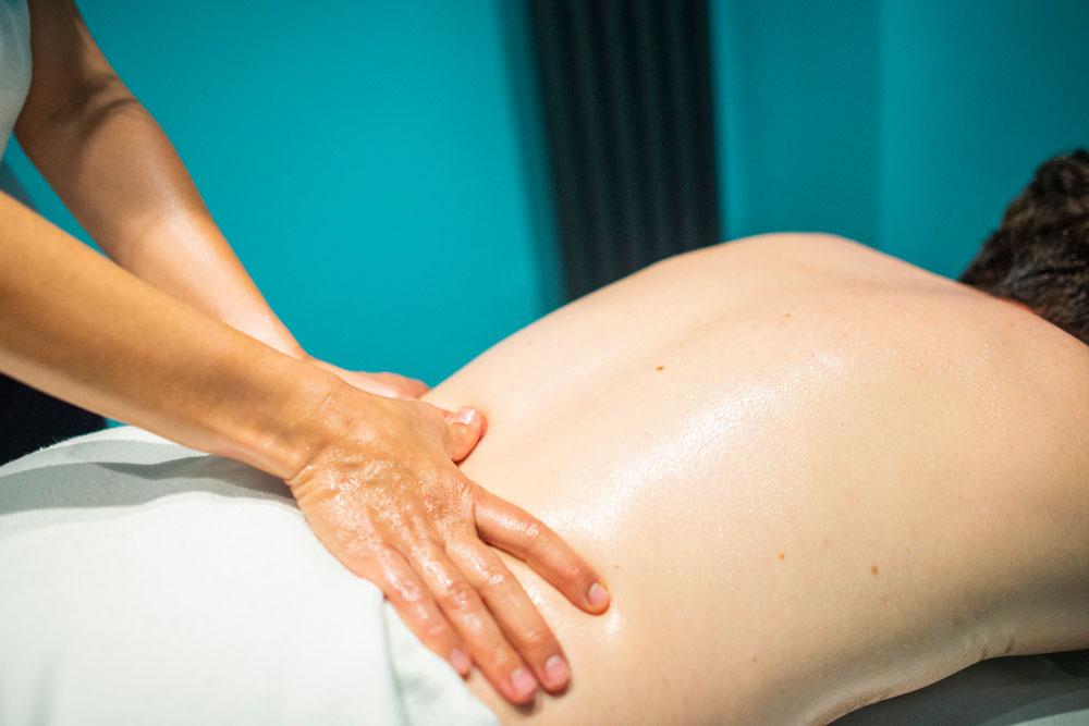Lomi Lomi Massage am unteren Rücken