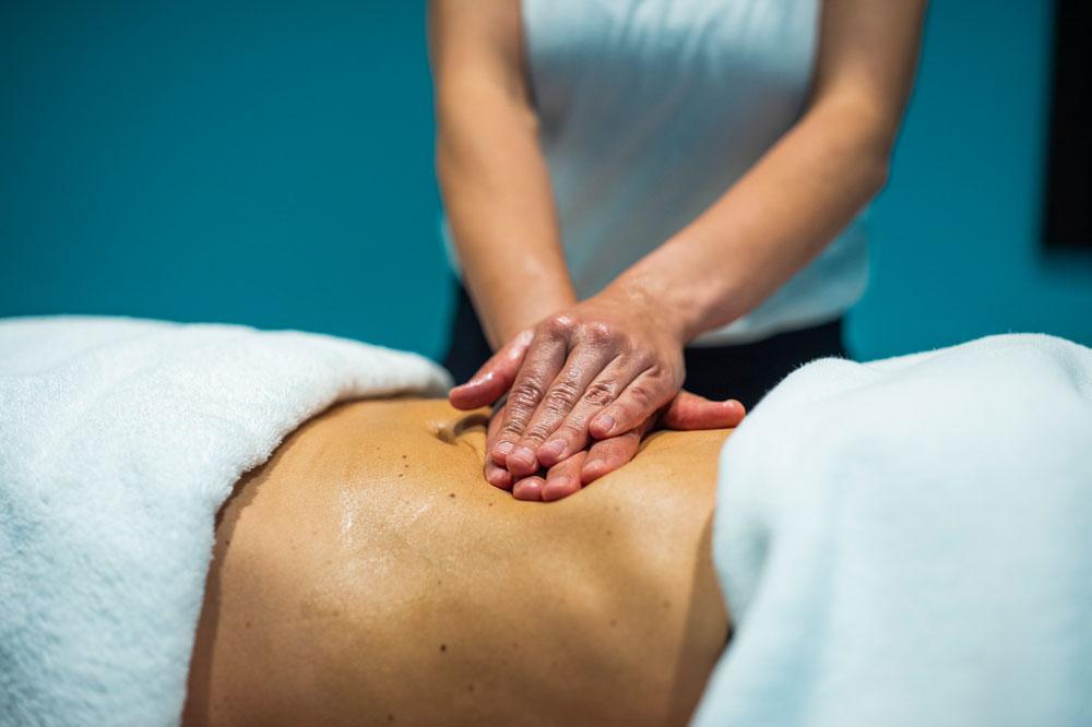 Lomi Lomi Massage am mittleren Rücken
