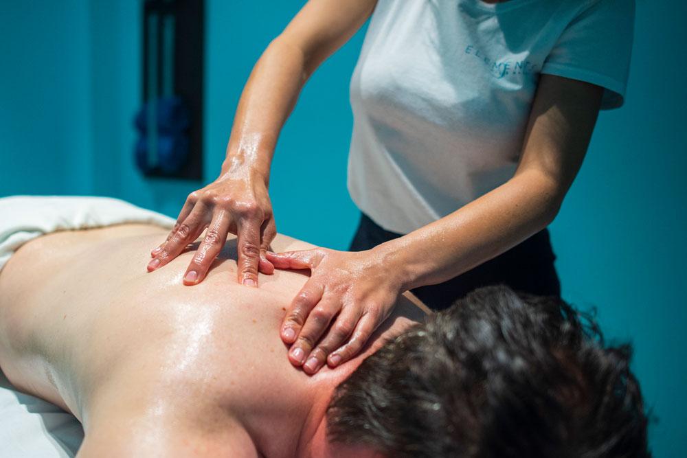 Shiatsu-Massage am mittleren Rücken