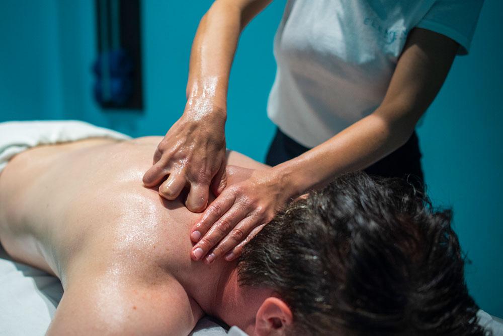 Mann erhält Shiatsu Massage im Nackenbereich